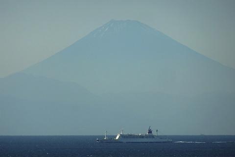 富士山バックのおがさわら丸